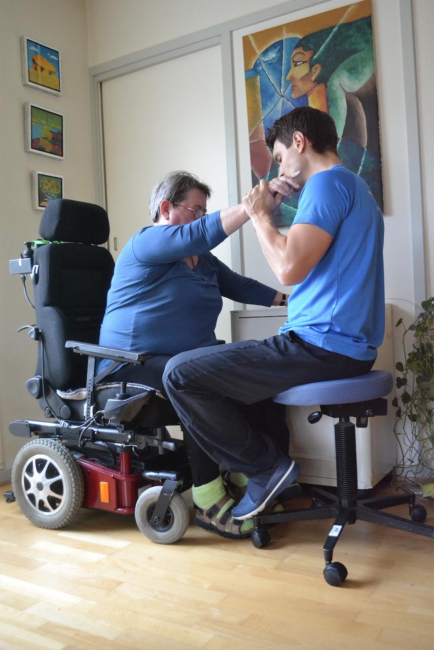 Træning i at komme op af kørestolen